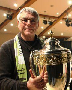 Schach-Fide-Meister Bernd Rosen mit dem von der Fa. Sonnenstraelen gestifteten Vereinspokal